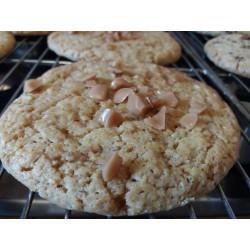 Cookie au caramel et éclats de noisettes pralinées